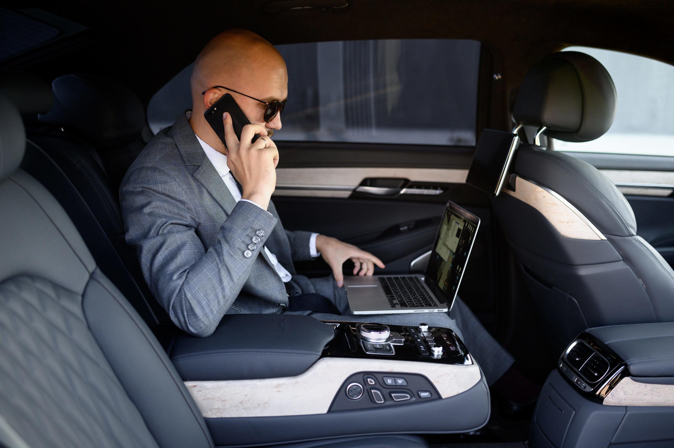 photo d'un monsieur assis dans un taxi - trajet business