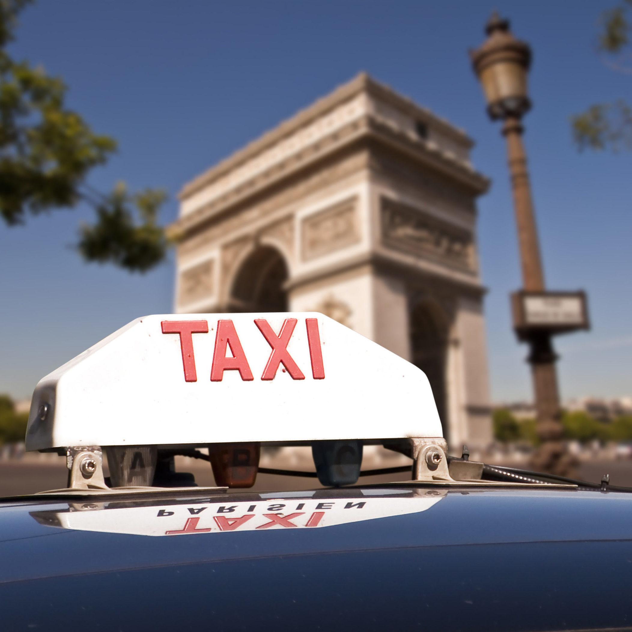 photo d'une borne taxi avec arc de triomphe en arrière plan